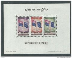 Khmère BF N°  24 X  Place De La République, Le Bloc Trace De Charnière Sinon TB - Kampuchea