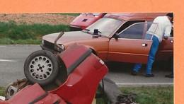 PHOTO ORIGINALE - ACCIDENT DE VOITURE A IDENTIFIER + PEUGEAOT 505 TOIT RÉHAUSSÉ - CRASH CAR - Auto's