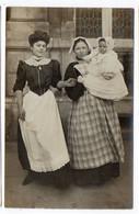 PHOTO-CARTE - Portrait De Deux Femmes Et D'un Bébé (Mme Marie Martin Et Sa Femme De Chambres)  (Q181) - Fotografia