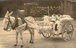 Deux Jeunes Enfants En Pierrot Sur Une Charrette à Âne ( Fête Non Située )  ......... Real Photo Postcard CARTE PHOTO - Taferelen En Landschappen