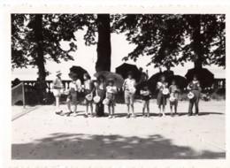 C.1950 - Photo Scène Surrealiste Enfants Avec Parapluie Et Pot De Chambre - Surréalisme - Personas Anónimos