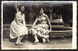 Two Pretty Women Girls Outside Old Photo 14x9 Cm #32351 - Anonyme Personen
