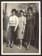Three Females Women Girls Outside Old Photo 12x9 Cm #32357 - Anonyme Personen