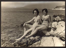 Two Pretty Swimsuit Women Girls On Beach Old Photo 15x10 Cm #32349 - Anonyme Personen