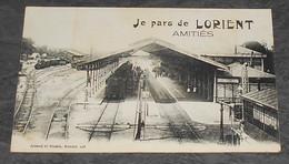 56 - Je Pars De Lorient - Amitiés ::::: Quai De Gare - Trains - Locomotives - Wagons  ------------ Alb 3 - Stazioni Con Treni