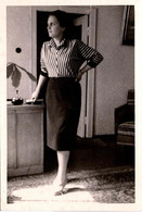 Photo Originale Profil De Secrétaire Au Pied De Son Bureau Vers 1950 - Pin-Ups