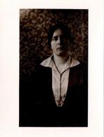 Photo Originale Portrait De Femme Sur Fond De Papier Peint à Motif Feuillage Vers 1910/20 - Persone Anonimi