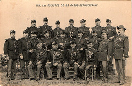 Solistes De La Garde Républicaine Avec Le Chef De Musique Parès. Carte écrite Et Signée Par Parès - Regimientos
