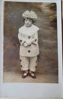 Fillette En Costume De Pierrot - Persone Anonimi