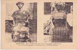 Dahomey Deux Chrétiennes Dans Leurs Jolis Pagnes Multicolores Il Y A 30000 Baptisés Sur 1500000 Habitants - Dahomey