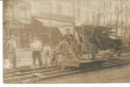 PARIS 10 ème. CARTE PHOTO. Ouvriers Du Tramway Devant Le Chapelier MARQUIS, 64 Boulevard De Strasbourg. Pose Réparation - Arrondissement: 10