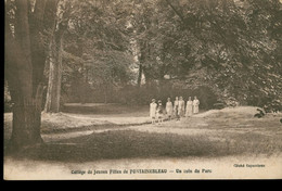 CPA Collège De Jeunes Filles De FONTAINEBLEAU - Un Coin Du Parc - Animée - Non Circulée - Fontainebleau