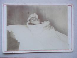 PHOTO MORTUAIRE - JEUNE FILLE DANS SON LIT DE MORT - Persone Anonimi