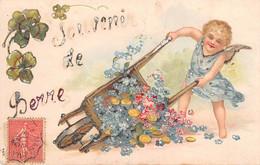 Anges - N°74830 - Souvenir De Berre - Ange Renversant Une Brouette Remplie De Fleurs - Carte Gaufrée - Angeles