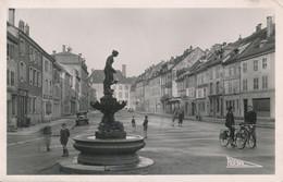 Senones (88 Vosges) Place Clémenceau Au Fond Le Château Des Princes De Salm - édit Tisserand Phot. Roeder Circulée 1952 - Senones