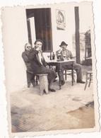Photo Originale : Couple En Pose : Au Bistro - OUED EL ABID - Maroc ( Publicité - Panneau - Pneu Englebert ) - Anonymous Persons