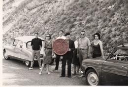 Photographie Originale. Un Groupe De Personnes Devant Des Automobiles Citroën DS  Et ,Renault Dauphine. - Automobili