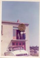 Photographie Originale. Trois Personnes Au-dessus D'une Automobile Citroën DS. - Automobili