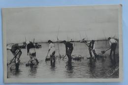 C. P. A. : 17 PORT DES BARQUES : Pêcheurs à Pied, Animé, En 1932 - Altri Comuni