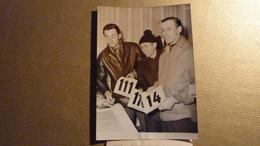 Cyclisme - Photographie De R. Hassenforder,  K. Heintz Kunde, R.Wolfshohl Récupèrent Leurs Dossards, Paris-Nice 1962. - Unclassified