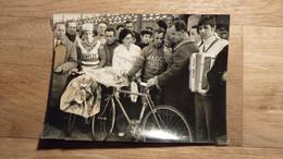 Cyclisme - Photo De Rolf Wolfshohl, Vainqueur Du Cyclo Cross De Conflans Sainte Honorine 1971 Au Micro De Mario Cotti. - Unclassified