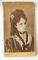 FOTO 800 PELIKAN ROMANIA Formato Carta Da Visita (6,2 X 10) Foto Pelikan Kàroly, Nagyvàrad  Foto Di Giovane Donna Con Co - Oud (voor 1900)