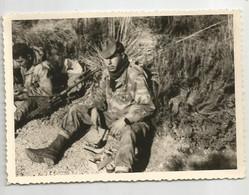 Photographie Guerre D'algérie Combattant Fln ? Et Mitrailleuse Photo 10,8x7,7 Cm - Krieg, Militär