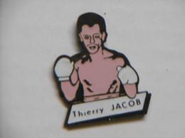 Pin's - BOXE Boxeur Français Thierry JACOB Né à CALAIS - Pin Badge Pins Sports Boxe Champion De France - Pugilato