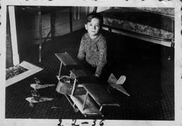 Photo D'un Enfant Avec  Son Avion Modèle - 2 Scans - Otros