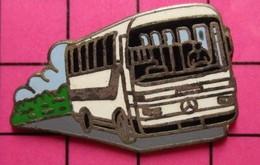 113B Pin's Pins / Beau Et Rare / THEME : TRANSPORTS / MERCEDES-BENZ AUTOBUS ROUTIER BLANC Par METARGENT - Trasporti