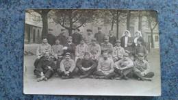 CARTE PHOTO  - HOPITAL MILITAIRE  SOLDATS POSANT POUR LA PHOTO AVEC DEUX SOEURS - Krieg, Militär