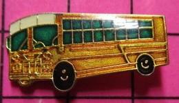 """113B Pin's Pins / Beau Et Rare / THEME : TRANSPORTS / BUS SCOLAIRE USA COULEUR """"MECHE SUSPECTE DE TRUMP"""" - Trasporti"""