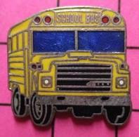 113c Pin's Pins / Beau Et Rare / THEME : TRANSPORTS / BUS SCOLAIRE JAUNE USA SCHOOL BUS - Trasporti