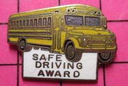 113c Pin's Pins / Beau Et Rare / THEME : TRANSPORTS / BUS SCOLAIRE USA JAUNE SAFE DRIVING AWARD - Trasporti