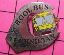 113c Pin's Pins / Beau Et Rare / THEME : TRANSPORTS / AUTOBUS SCOLAIRE USA JAUNE SCHOOL BUS TECHNICIAN - Trasporti