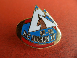 Pins Pin's - émail EGF - Sport Rugby - RC Luchon XV - Saison 1992 - 93 - Chamois Pyrenees - Signé Agnes Moulin - Rugby