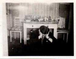 Petite Photo Originale Homme De Leipzig Triste Ou Ivre Après Une Soirée Arrosée Et Table Embarrassée Vers 1920/30 - Persone Anonimi