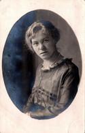 Carte Photo Originale Portrait D'une Jeune Femme En Médaillon En 1913 - Persone Anonimi