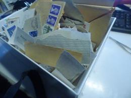 DESTOCKAGE-  GROS VRAC DE TIMBRES    SUR FRAGMENTS DANS BOITE A CHAUSSURE   TOUT PAYS DONT SUISSE - Lots & Kiloware (mixtures) - Min. 1000 Stamps