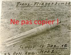 PHOTO ALLEMANDE - UNE BOMBE D'AVION FRANCAIS NON EXPLOSE A METZ MOSELLE - LORRAINE 1915 - GUERRE 1914 - 1918 - 1914-18