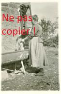PHOTO ALLEMANDE - FEMME A LA FONTAINE DE VILLERS SEMEUSE PRES DE CHARLEVILLE MEZIERES ARDENNES - GUERRE 1914 - 1918 - 1914-18
