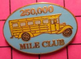 113c Pin's Pins / Beau Et Rare / THEME : TRANSPORTS / CAR SCOLAIRE JAUNE SCHOOL BUS USA 250 000 MILES CLUB - Trasporti