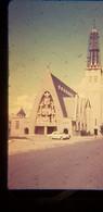 2 Photos Diapos Voiture Automobile RENAULT DAUPHINE Verte Ou Bleu 403  Loire Atlantique 44  Vendée 85 Yvelines 78 église - Diapositives (slides)