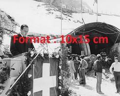 Reproduction Photographie Ancienne Du Premier Ministre Au Travaux Du Tunnel Du Saint-Gothard Goeschenen En Suisse 1970 - Reproductions