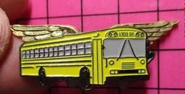 113c Pin's Pins / Beau Et Rare / THEME : TRANSPORTS / CAR SCOLAIRE SCHOOL BUS JAUNE USA EN RELIEF AVEC AILES DE PILOTE ! - Trasporti