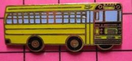113c Pin's Pins / Beau Et Rare / THEME : TRANSPORTS / CAR SCOLAIRE SCHOOL BUS JAUNE - Trasporti
