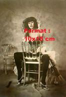 Reproduction Photographie Ancienne D'une Jeune Femme En Corset Et Bas Assise Avec Une Cigarette Sur Une Chaise - Reproductions