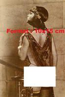 Reproduction Photographie Ancienne D'une Jeune Femme En Lingeries Et Avec Bas, Fesses Nues - Reproductions