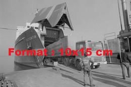 """Reproduction Photographie Ancienne D'un Camion Berliet Sortant De La Soute Du Cargo """"Cotentin"""" Port De Cherbourg En 1975 - Reproductions"""