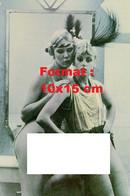 Reproduction Photographie Ancienne De Deux Jeunes Femmes Habillées Des Années 30, Nues Sous Leurs Habits - Reproductions